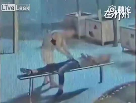 公園で寝ている男性にフェラする男性